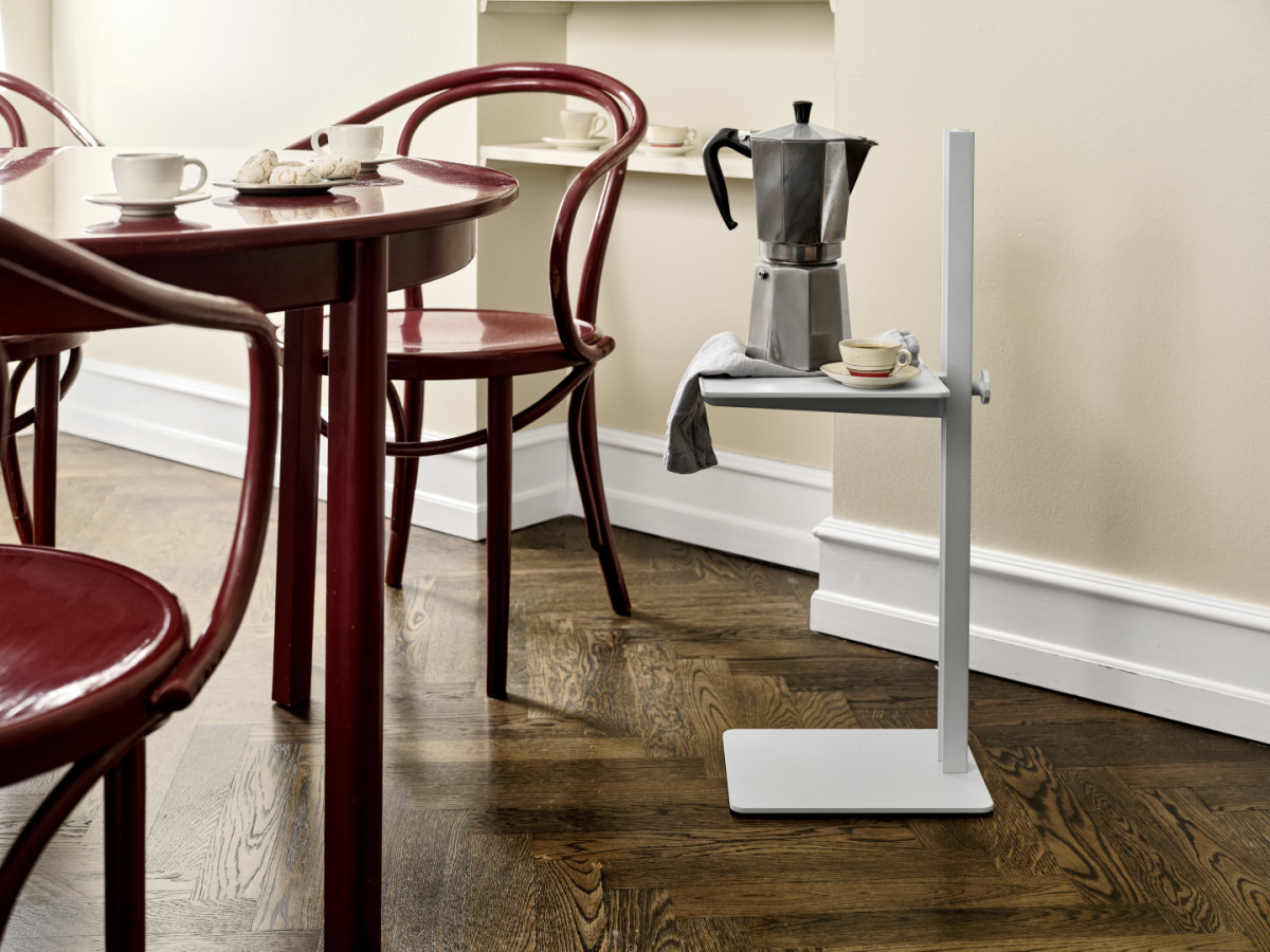 Museum™ Sidetable in aluminum. Height-adjustable side table from the Museum assortment. Place it in your kitchen and use as an extra table.