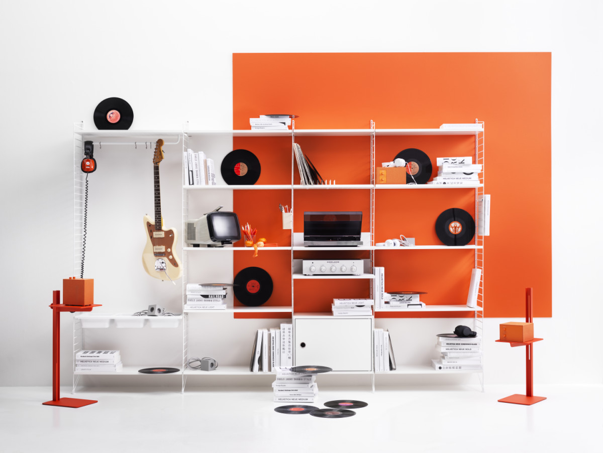 String shelf with floor panels from String System. Panels, shelves, metal shelves, bowl shelves, media shelf and cabinet with swing door in white. Museum sidetable in orange. This combination is perfect for your office or living room.