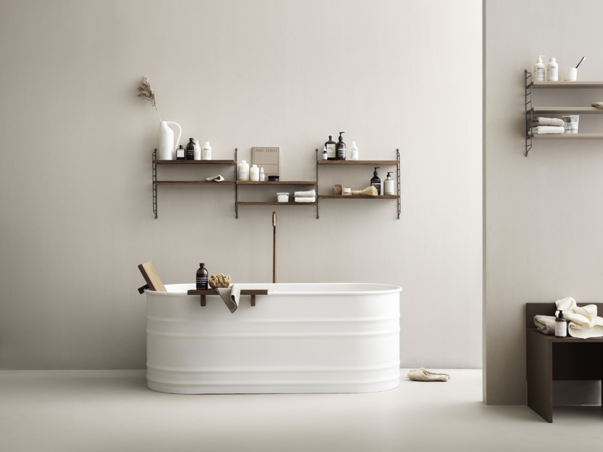 Wall mounted bathroom solution from String. Wall panels and shelves in oiled teak.
