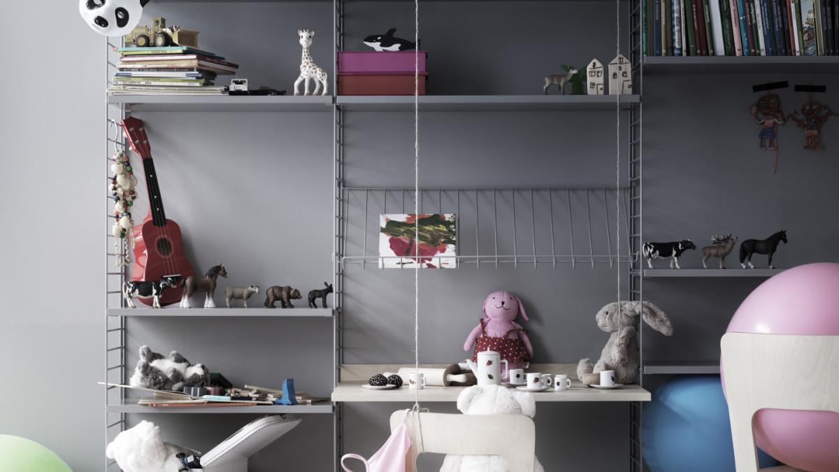 Floor mounted kids room solution from String. Floor panels, shelves and magazine shelves in grey. Work desks in ash.