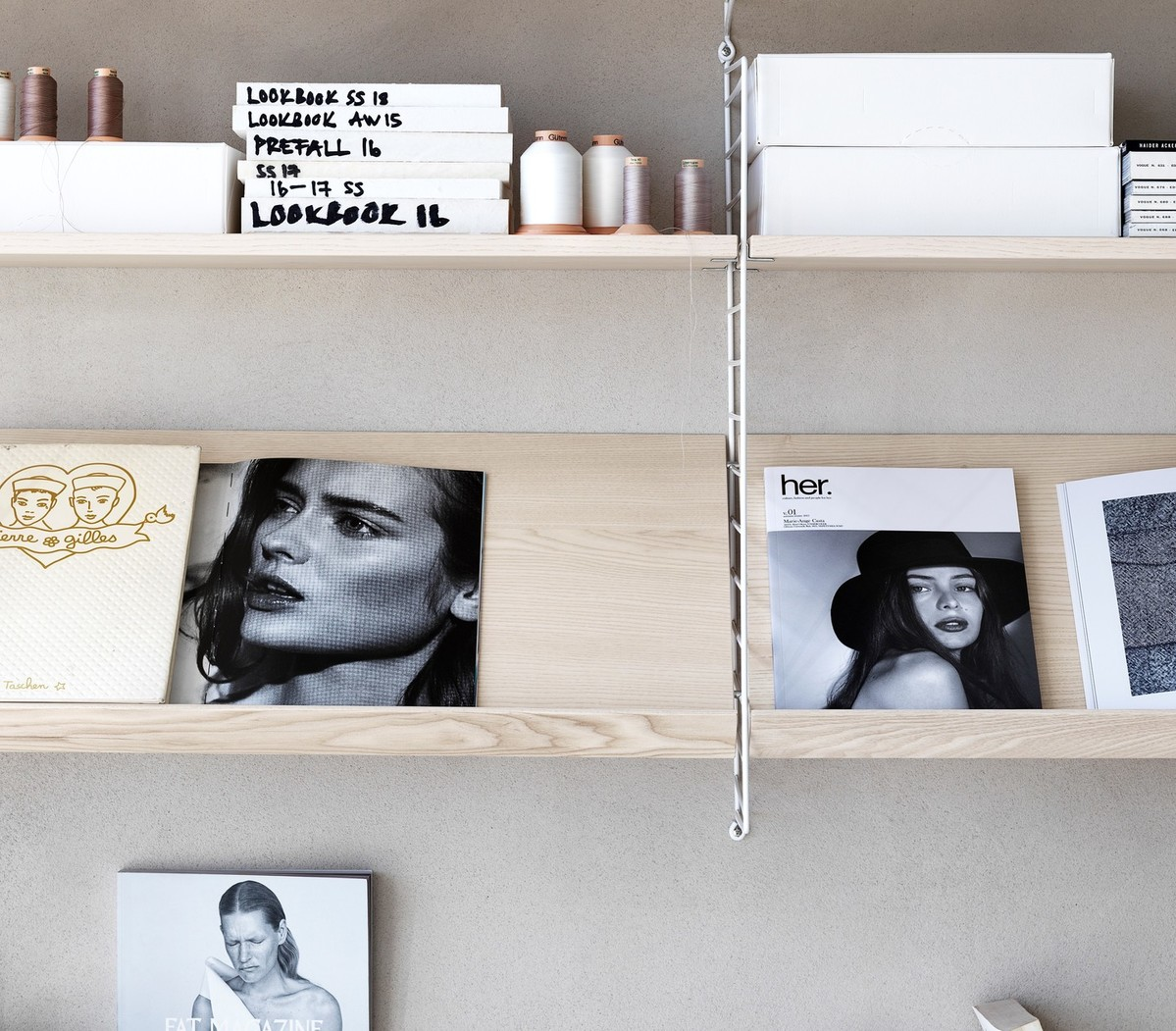 Wall mounted living room solution from String. Wall panels in white. Shelves in ash. Magazine shelves solid in ash.