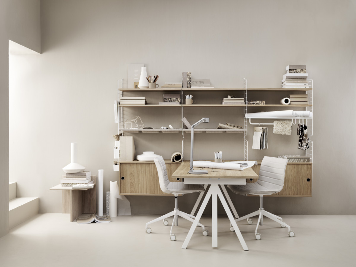 Wall panels in white. Shelves, work desk and cabinets with sliding doors in oak. Rod, organizers, magazine holder and hooks in white.
